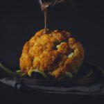 Blumenkohl im Ofen mit Ahorn-Tahin Sauce