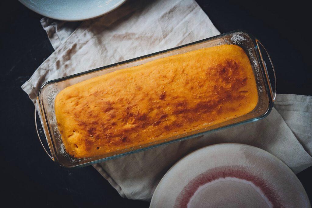 Kürbisbrot in Kuchenform auf Geschirrtuch