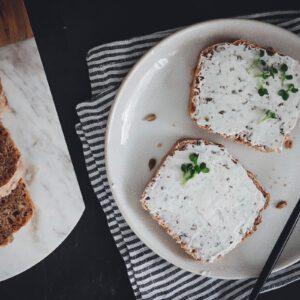 Dunkelrot belegt mit veganem Frischkäse und Kresse