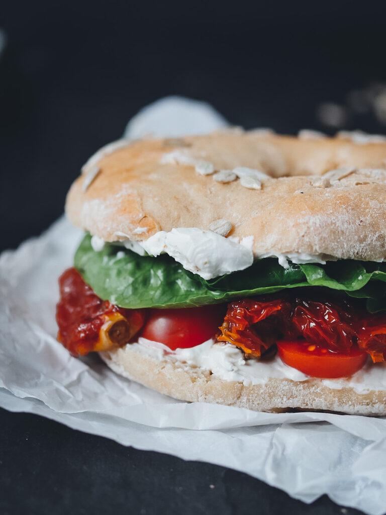 Bagel vegan mit Frischkäse und Tomaten