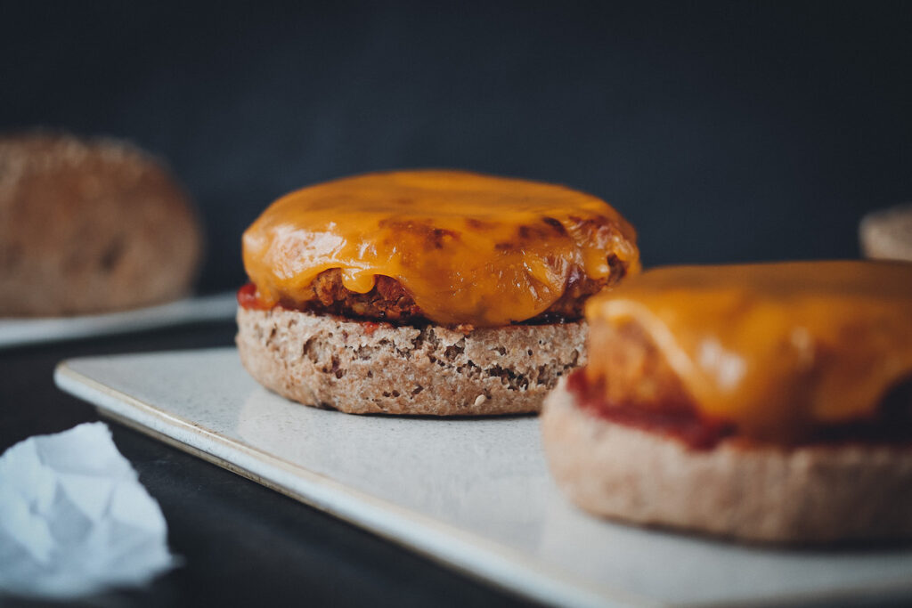 Vegane Burger mit geschmolzenem veganen Käse