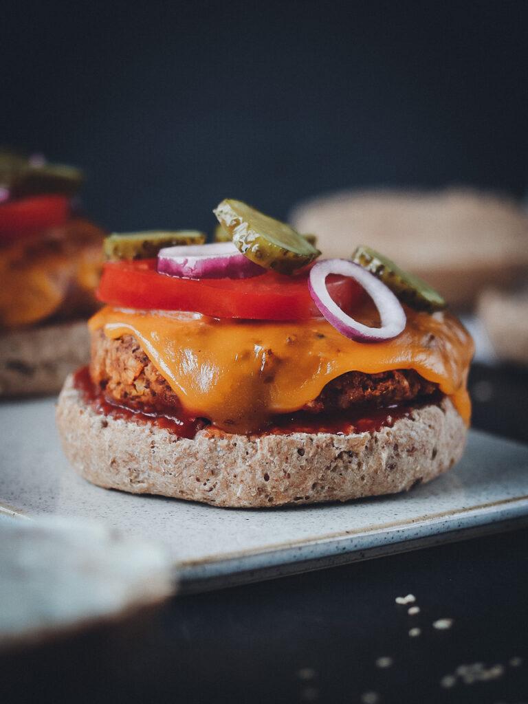 Burger mit Dinkel Vollkorn Brötchen belegt mit Patties und Gemüse