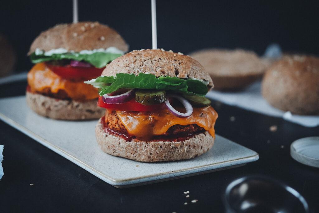 Gesunde Burger mit Dinkel Vollkorn Brötchen und Süßkartoffel-Patties und Gemüse