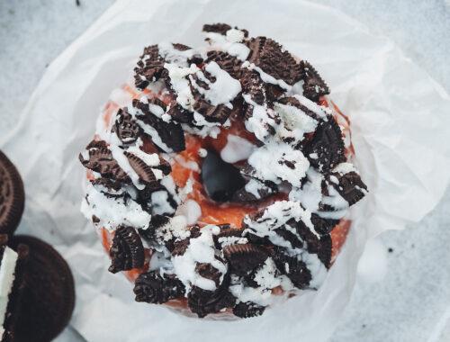 donut mit Keksen und Zuckerguss