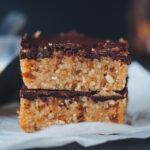 Gesunde Riegel mit Cashews, Erdnüssen und Schokolade