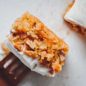 Veganer Karottenkuchen mit Gabel