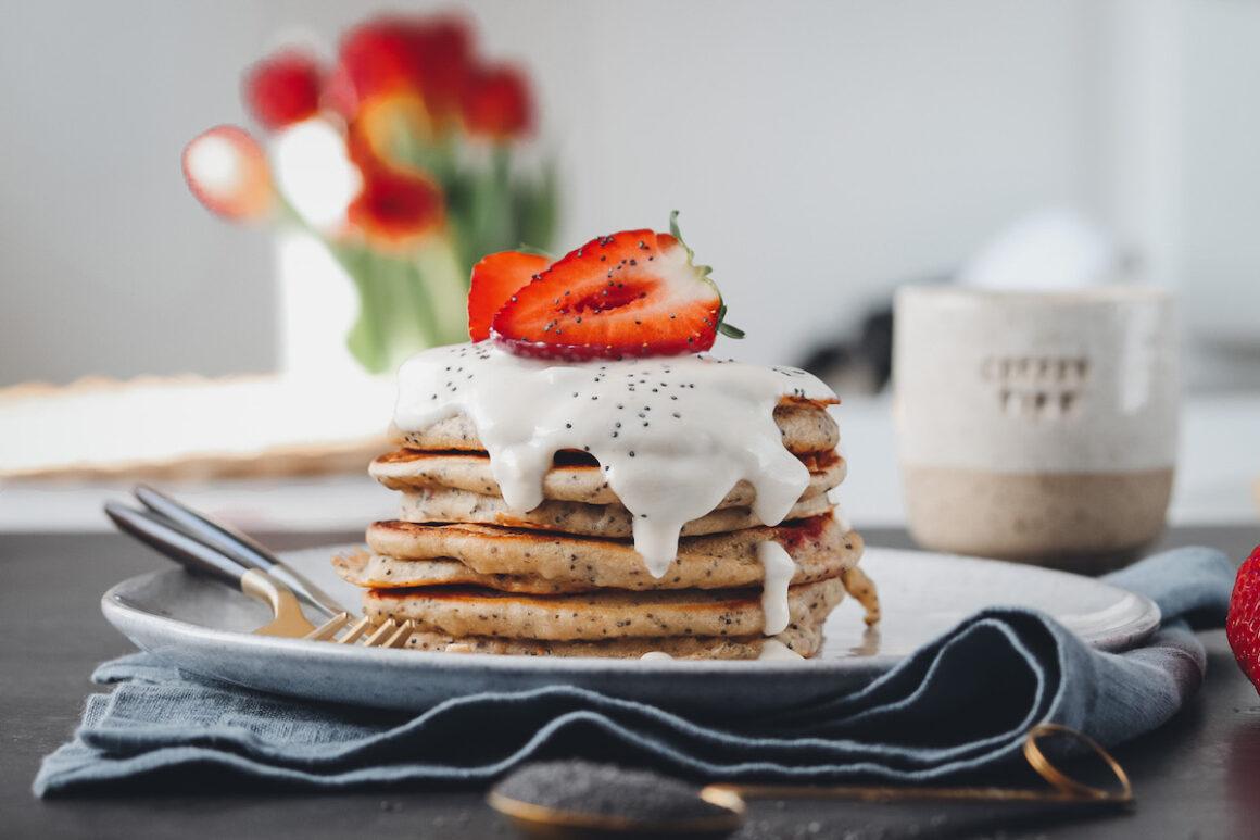 Pancake Stapel mit Joghurt und Erdbeeren