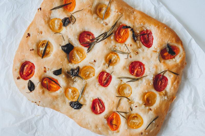 Focaccia Brot mit Tomaten und Rosmarin