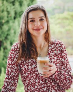 Lena mit Kaffee in Glas
