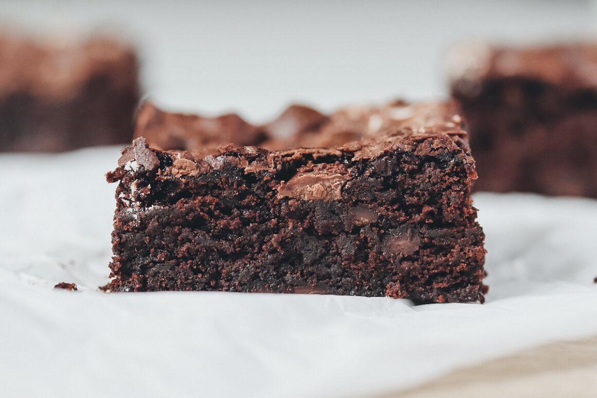 Brownies auf Backpapier